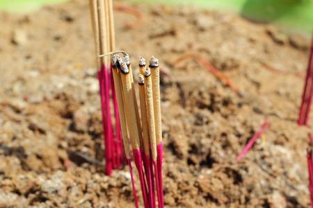 sandy soil: Incenso bruciatore con terreno sabbioso in vaso.