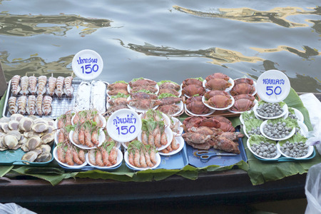 ratchaburi: Damnoen saduak floating market, Thailand with food sale