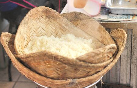 evaporate: making steamed sticky rice in pot