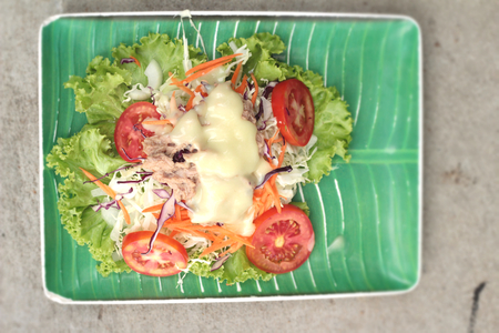 tuna mayo: Vegetable salad mixed put tuna