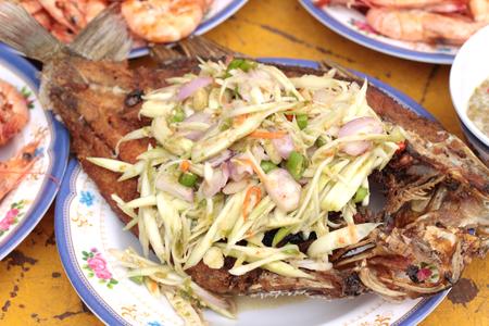pescado frito: Pescado frito con ensalada de Mango
