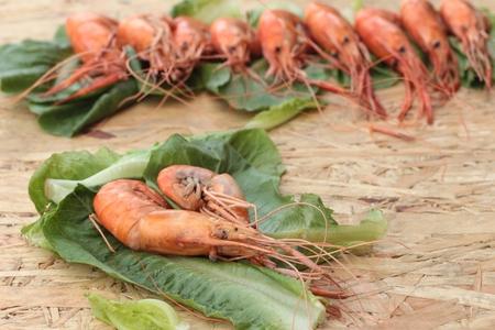 verduras verdes: Barbacoa camarones a la parrilla con verduras verdes.