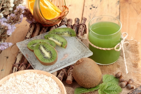 kiwi: Oat flakes with citrus fruit, kiwi fruit and kiwi juice