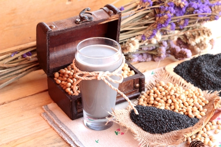 leche de soya: Soy milk mix black sesame with soybean seed and black sesame seeds dry