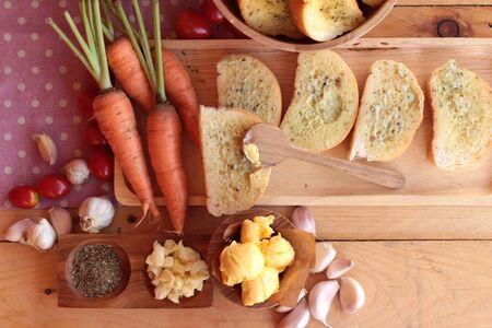 haciendo pan: Pan de ajo de la hierba deliciosa, con la elaboración del pan Foto de archivo