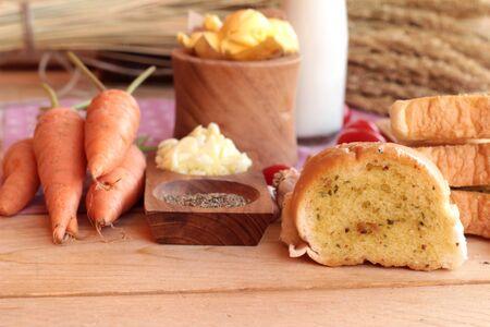 haciendo pan: Pan de ajo de la hierba deliciosa, con la elaboraci�n del pan Foto de archivo