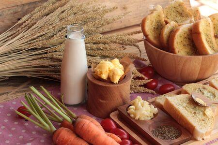 making bread: Pan de ajo de la hierba deliciosa, con la elaboraci�n del pan Foto de archivo