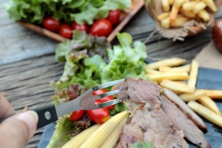 pus: Bistecca di maiale di deliziosi con verdure e pomodoro