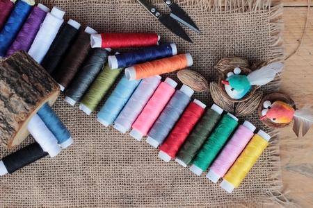kit de costura: Suministros de coser, hilo con unas tijeras y tijeras