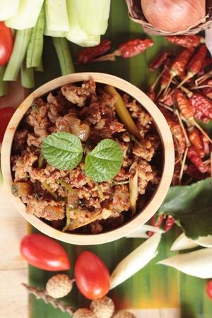 pastas picantes de cerdo con verduras frescas deliciosas