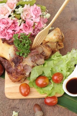 comida alemana: Fried pork knuckle is traditional german food