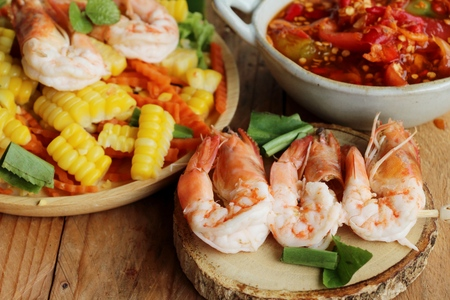 Spicy corn salad with shrimp is delicious