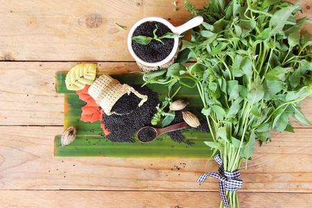 legumbres secas: Semillas de albahaca cruda para la salud y hojas de albahaca