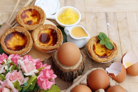 Egg tart is delicious and egg in box Imagens