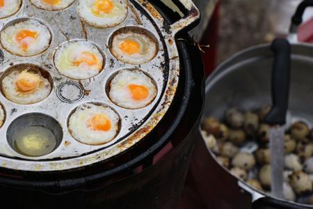 Grilled quail eggs in a pan pits Zdjęcie Seryjne
