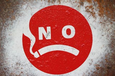 Rauchverbot auf dem Wandhintergrund Standard-Bild