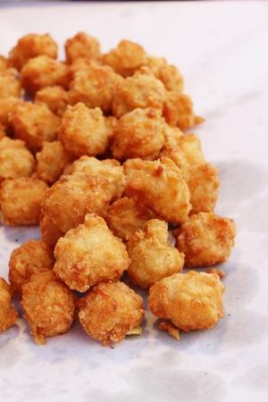 Nuggets de poulet frit délicieux dans la cuisine de rue