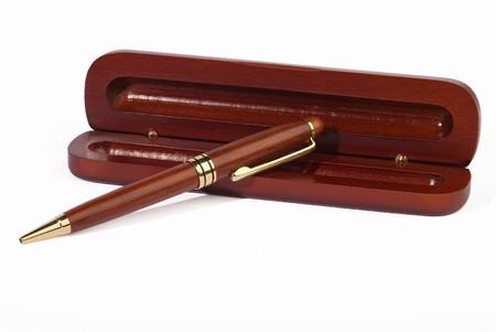 caoba: Rodillo de pluma de caoba tumbado sobre un caso aislado en el fondo blanco Foto de archivo