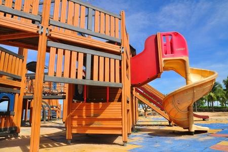 jardin de infantes: �rea de juegos de colores para ni�os se centran en control deslizante Foto de archivo