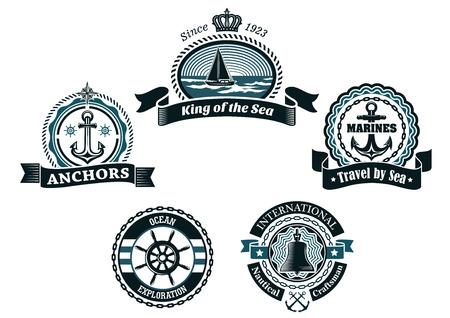 helm boat: Etiquetas y escudos heráldicos retro náuticas en colores azules tradicionales que representan la nave, anclas, timón, la brújula y la campana enmarcado cuerdas, cadenas, las olas y las banderas de la cinta