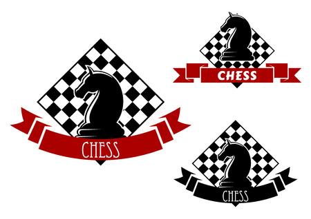 ajedrez: Emblemas del club de ajedrez con la falta de caballos y de tablero de ajedrez en el fondo, enmarcados por banderas de la cinta