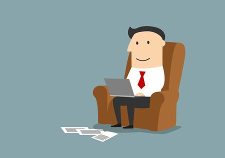 computadora caricatura: Satisfechos sonriente hombre de negocios de dibujos animados sentado en el sillón y el trabajo en equipo portátil de oficina en casa.