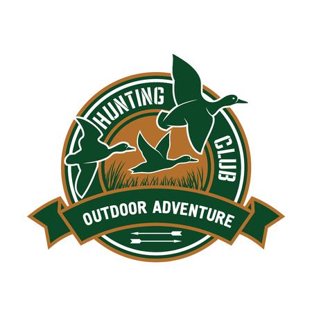 pato: Pato insignia de la caza de club de caza con diseño retro se divierte estilizado placa redonda con bandada de ánades reales volar, decorado por bandera de la cinta con el texto de aventura al aire libre
