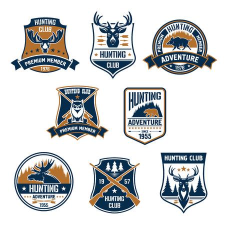 cazador: Iconos del club de caza. Caza del vector emblemas deportivos y etiquetas con los animales, jabalíes, ciervos, alces, el oso, astas, búho, rifles, flechas, bosque. Hunter calidad de miembro superior tarjeta de identificación, camiseta traje