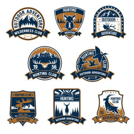 Iconos del escudo club de caza. Caza del vector emblemas deportivos y etiquetas con los animales, jabalíes, ciervos, patos, alces, astas, de cabra montés, flechas, bosque de placa cazador, camiseta, traje