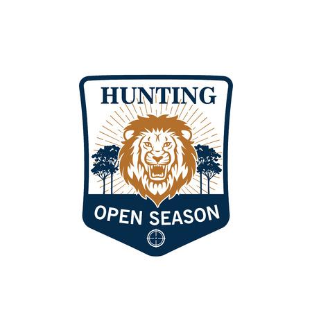 사자 머리의 사냥 시즌 배지입니다. 사바나와 전령 방패에 활활 타오르는 아프리카 사자 풍경과 사냥 스포츠, 사냥꾼 클럽과 모험 디자인을위한 나무