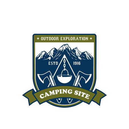 Icône d'aventure de camping et de plein air. Insigne de camping en montagne ou en forêt sur le bouclier avec feu de camp scout, équipement de camping et sommets enneigés, orné d'une hache croisée, d'une bannière à ruban et d'étoiles Banque d'images - 91365138