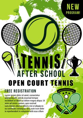 Balle de sport de tennis, raquettes et affiche en demi-teinte de la coupe du trophée du vainqueur. Annonce de formations à l'école de tennis sur terrain ouvert ou thème vectoriel de promotion de tournois sportifs