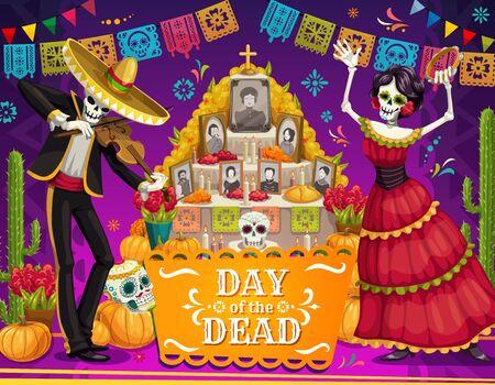 Giorno dei morti vacanza messicana danza scheletri vicino altare cartolina d'auguri di vettore. Scheletro Mariachi e Catrina con sombrero, teschi di zucchero e fiori di calendula, cactus e festoni festoni