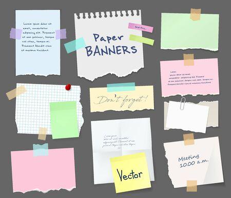 Arkusze papieru zeszytu i notesu z podartymi krawędziami przyklejają się na szarym tle za pomocą taśmy i spinacza do papieru. Strony wektorowe z miejscem na kopię wiadomości i notatek, papeterii biurowej i szkolnej, naklejek memo