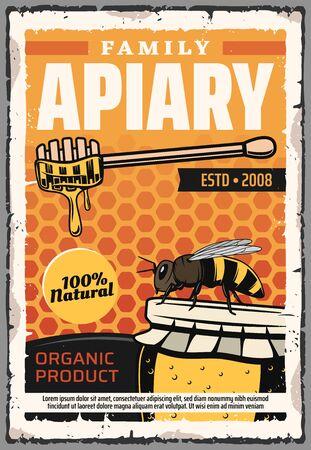 Producción de miel natural, apicultura y colmenar apicultor familiar. Cartel retro de alimentos de apicultura de vector, abejas, cuchara de madera y miel en vidrio sobre fondo de panal