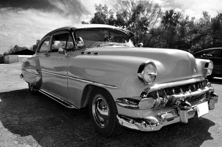 Samochód klasyczne nakręcony w trybie czarno-białym.