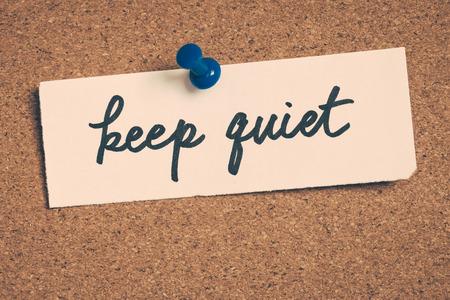 guardar silencio: callar