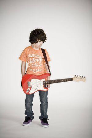 Jonge jongen staan met een elektrische gitaar Stockfoto
