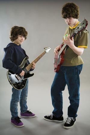 spigola: Due ragazzi di suonare la chitarra e basso