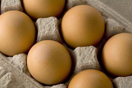 close-up van een karton van bruin eieren Stockfoto