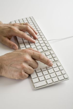 Twee mannelijke handen op een computer toetsen bord geïsoleerd op wit