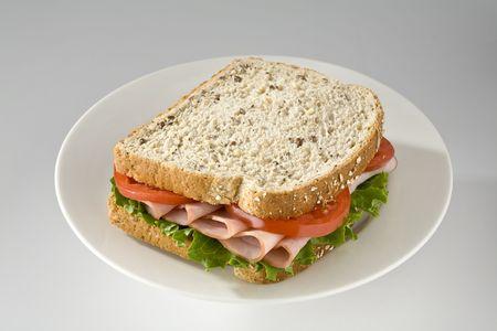 Ham en tomaten sandwich op volkoren brood
