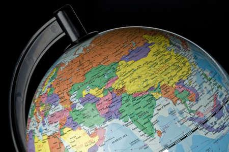 Close-up van globe op zwart met India en China featured
