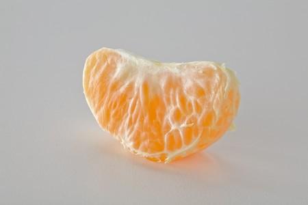 分離されたマンダリン オレンジ セグメントを閉じる 写真素材