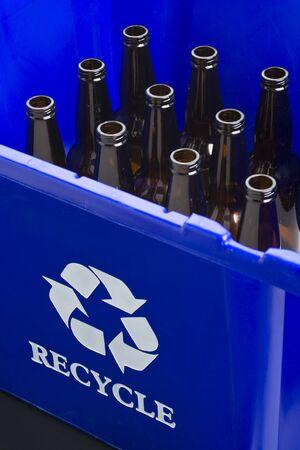 Lege flessen in blauwe prullen bak