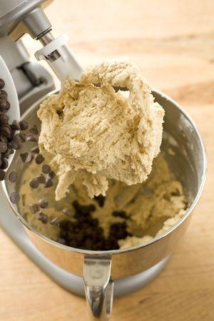 Chocolade chips aan cookie deeg toe te voegen