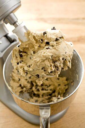 Chocolate chip cookie deeg in de mixer