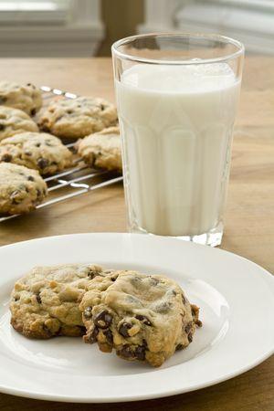 Vers gebakken chocolade schilfer koekjes en melk glas Stockfoto