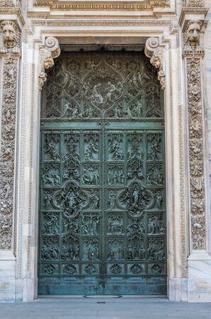 puerta verde: Un complejo entramado de puerta verde establecido en mamposter�a de piedra detallado marco blanco