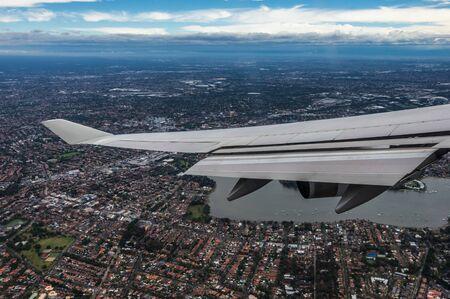 Podróż samolotem wychodzi z okna samolotu podczas lotu i lądowania
